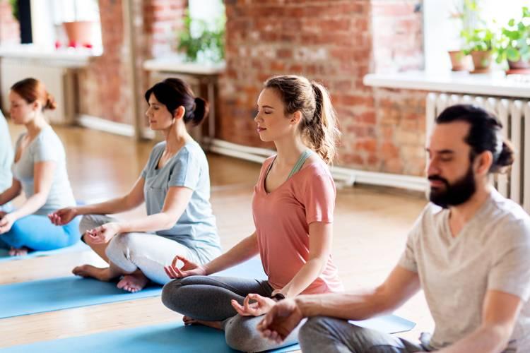 Realizar ejercicios de yoga de forma regular nos ayuda a aliviar el estrés  y las tensiones que acumulamos día a día y que nos pasan factura tanto a  nivel ... c0d58a5da930